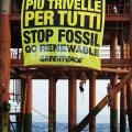 Lo striscione di Greenpeace sulla piattaforma di estrazione Prezioso di Eni