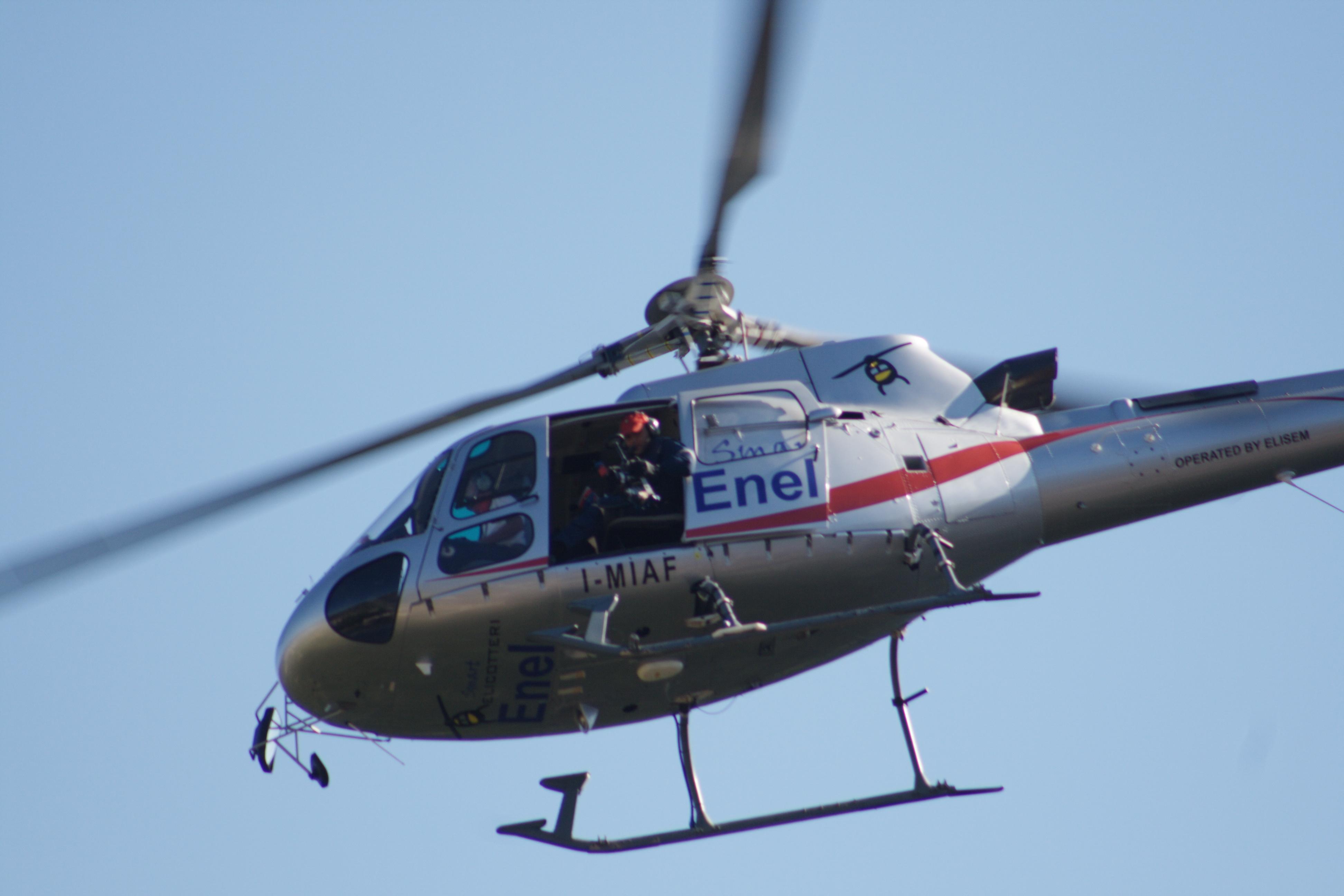 Elicottero Immagini : L enel controlla in elicottero la salute delle linee
