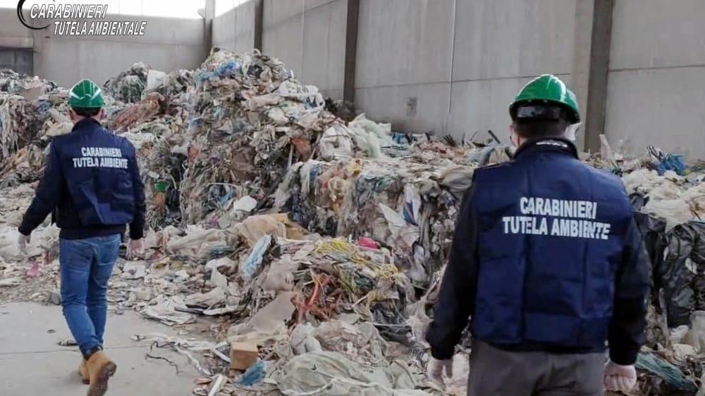 rifiuti-capannone.jpeg